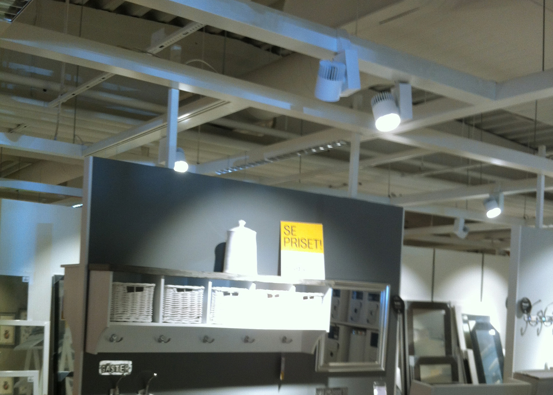 Tego spotlight PURE in white, hook-on format, in a furniture store.