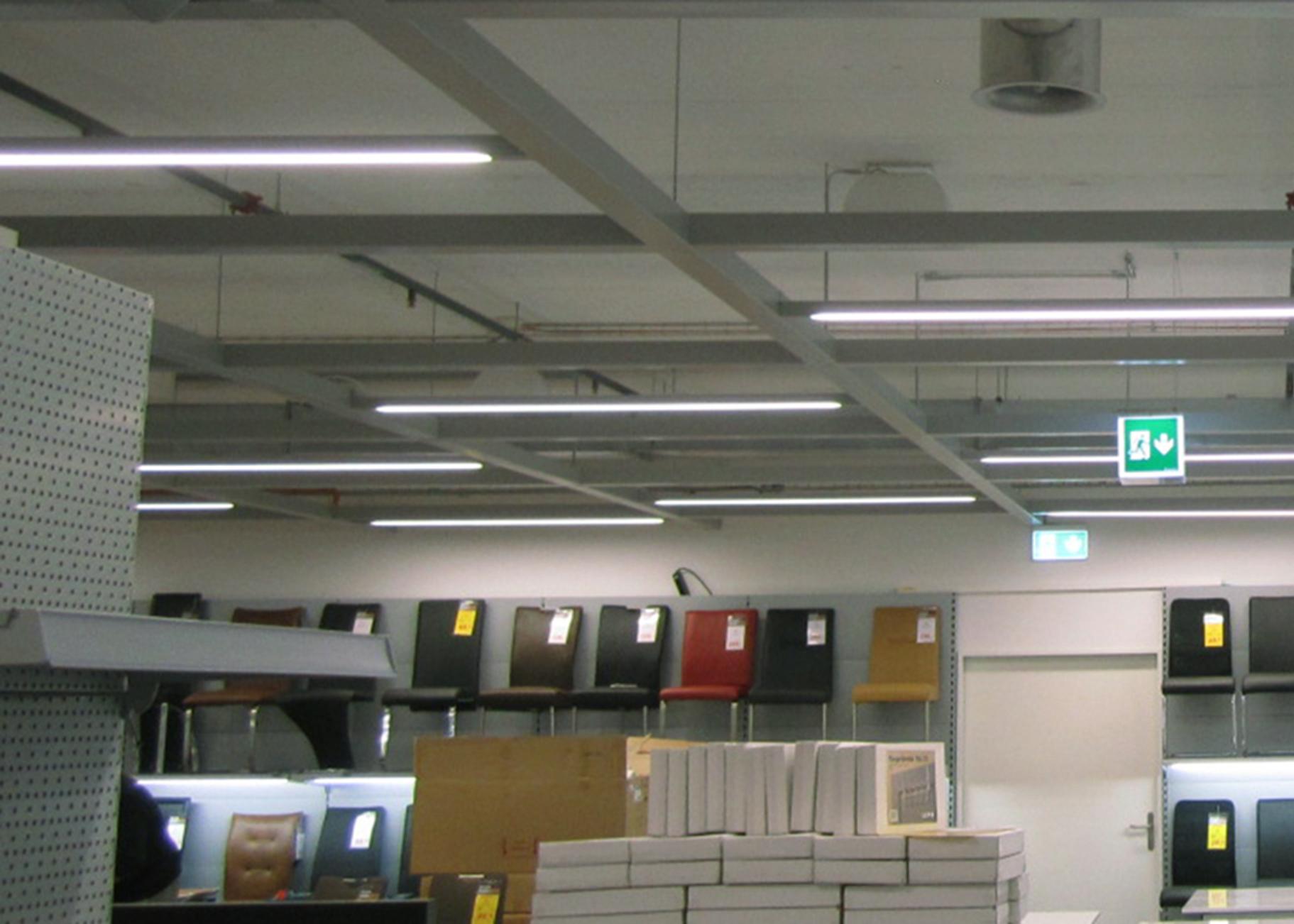 Kompakt linjär LED-belysning i butiksmiljö.