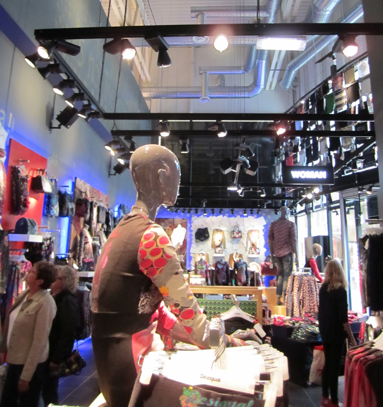 Using retail lighting with good colour rendering properties is especially important for clothing and fashion brands.